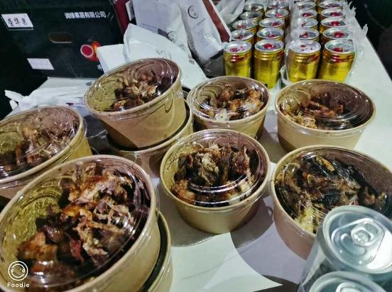 街头热卖的电烤鸡架,香味诱人排队购买!
