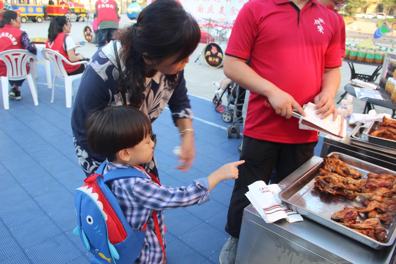 电烤鸡架小吃广受欢迎,为大众所接受