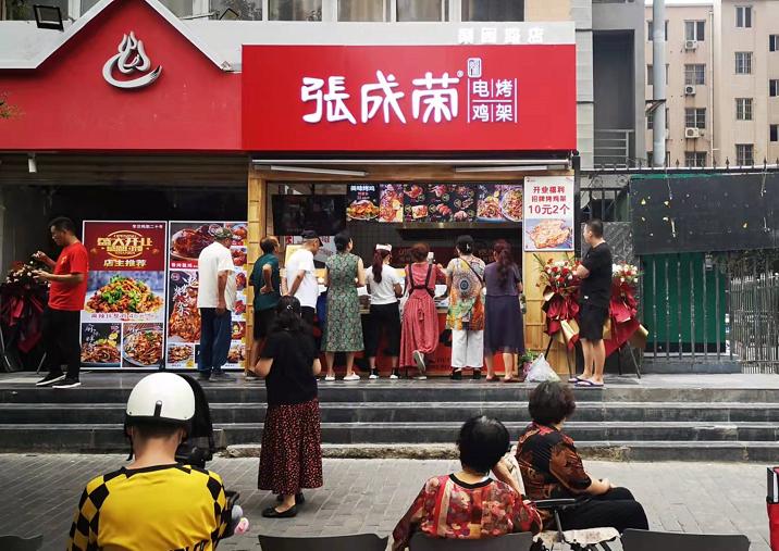 市场上炸鸡店这么多,凭什么张成荣电烤鸡架这么火爆?